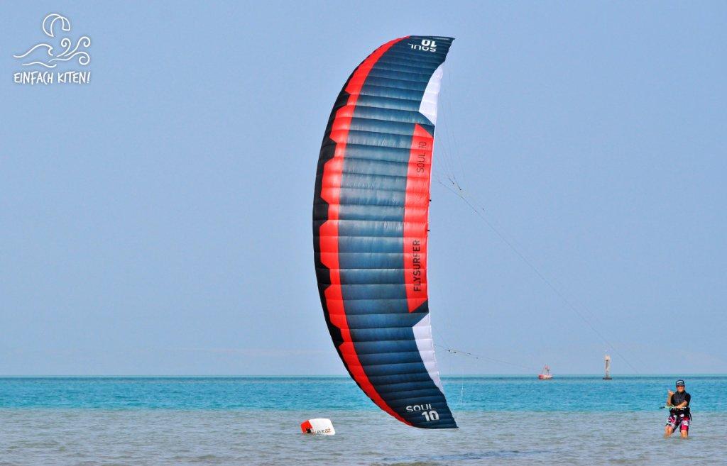 Flysurfer Soul knapp über Wasser