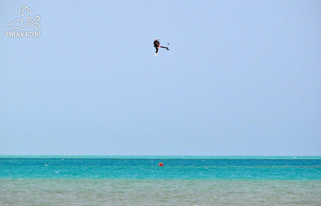 Kitefoiler beim Springen